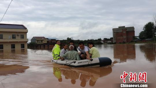 """部分低洼地带被淹,村庄成""""泽国""""。 通讯员 肖拾全 摄"""
