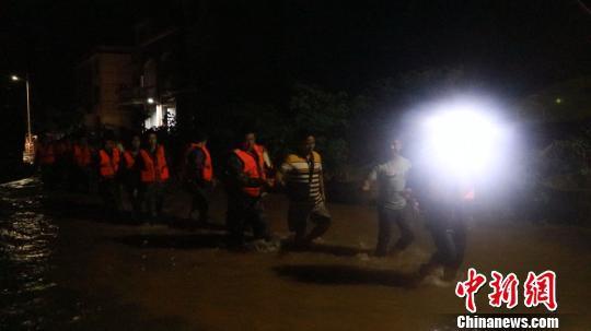 应急分队连夜赶赴现场救援。 通讯员 肖拾全 摄