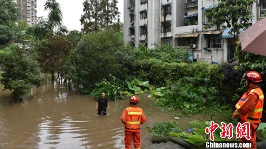 消防员深入小区查看内涝情况。 李春平 摄