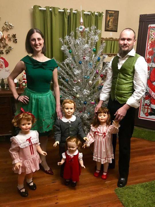 他们给洋娃娃穿上衣服,摆好姿势,拍下全家福。