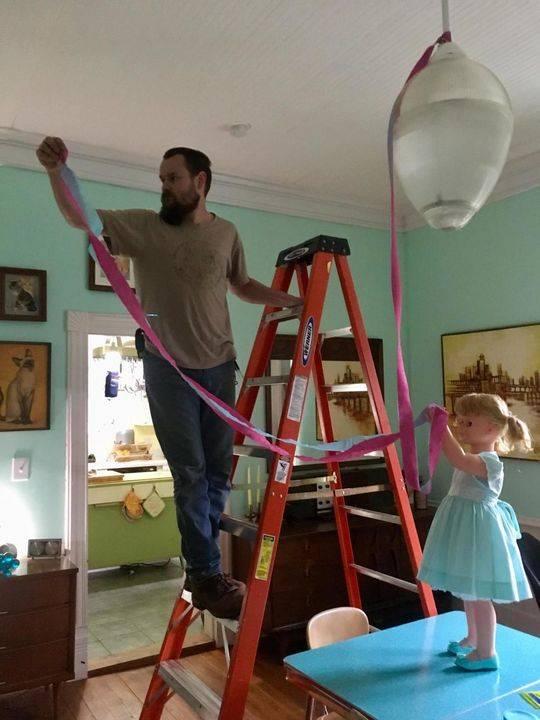 """玛拉基在""""小助手""""的帮助下装饰客厅。"""