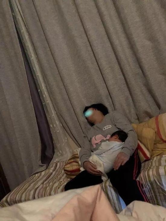 △第二名月嫂在家中带孩子的情景