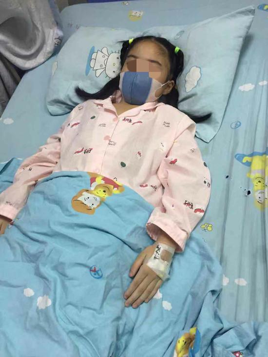 媛媛躺在重庆医科大学附属儿童医院的病床上。受访者供图