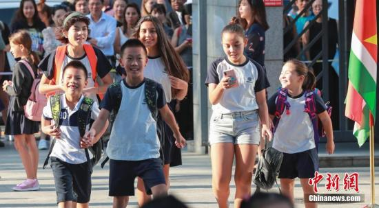 资料图:小学生进入校园。中新社记者 贾天勇 摄