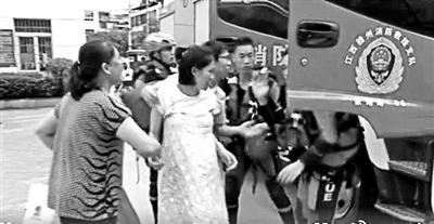 临产孕妇搭乘消防车赶往医院