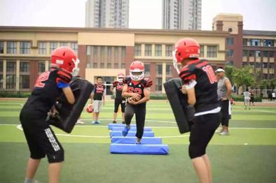 ▲李宇翔(站前排者)和同学们在进行橄榄球训练。