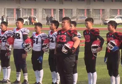 ▲江苏徐州市大学路实验学校学生在进行橄榄球训练。