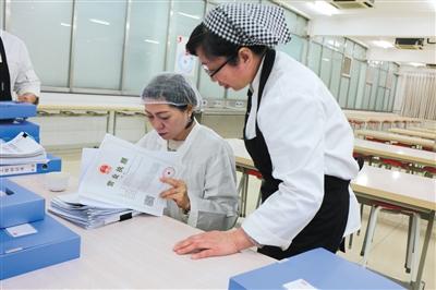 北京市陈经纶中学高中校区负责人检查食堂营业执照。 校方供图
