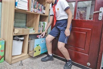 9月3日,灯市口小学,学生把矿泉水空瓶投入可回收垃圾桶里。本版摄影/新京报记者 王嘉宁