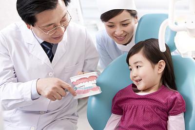 图说:医生自有一套办法与孩子沟通 图/视觉中国