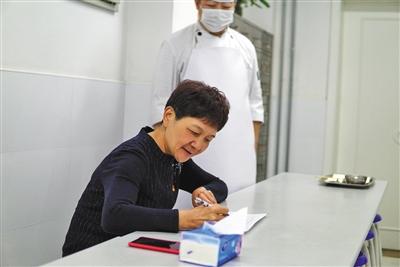安乐幼儿园园长张萍试吃幼儿午餐并进行记录评价。新京报记者 冯琪 摄