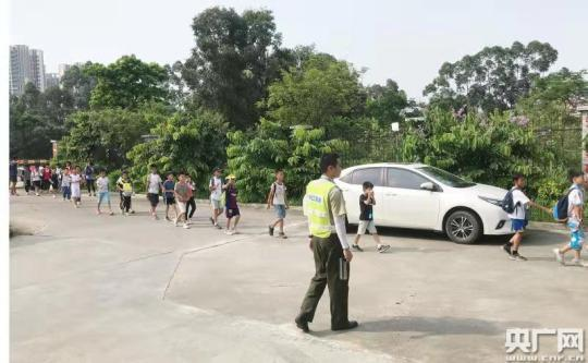 载有39名小学生大巴收费站冒烟,高速人员相助转危为安(央广网发 通讯员供图)