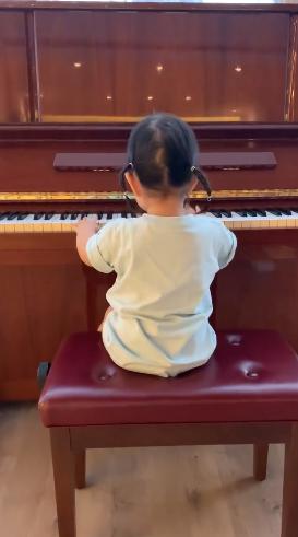 朱丹女儿弹琴