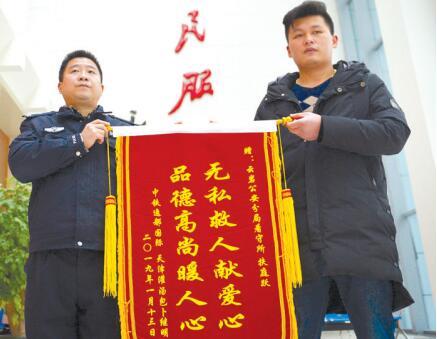 被救儿童家属(右)送上锦旗。