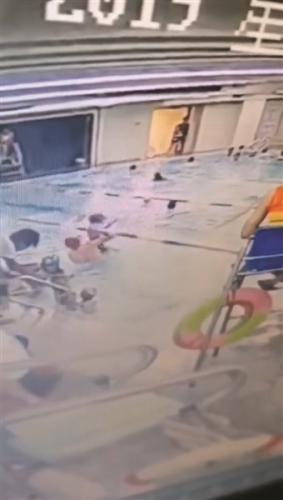 监控显示教练在游泳池抱摔男童