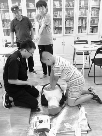 南湖东园北社区的孩子们在老师指导下进行急救实践学习。