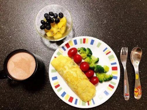 鸡蛋卷+小西红柿西蓝花+酸奶+水果粒