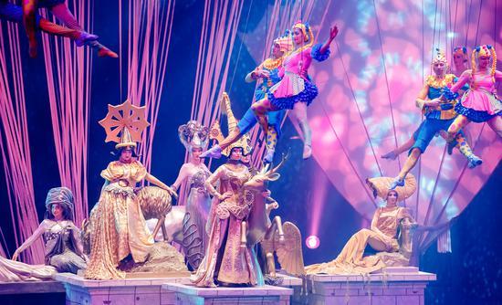 ★魔域仙境★来自欧洲的仙境精灵们在夜空中炫动着华丽的芭蕾舞姿,色彩斑斓的景象引来了森林中觅食的长颈鹿、斑马、羚羊、骆驼…