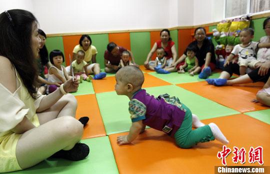 资料图:小朋友在上早教班。中新社发 杨可佳 摄