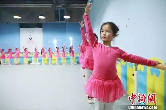 资料图:孩子们在练习舞?#23500;?#26412;功。黄晓海 摄