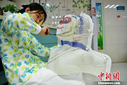 图为王祯婕自费购买了颜料为小患者的头模画孙悟空。 谭又铭 摄