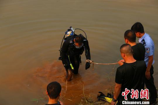 8月19日,山西省昔阳县赵壁乡南横山村两个男孩不幸溺水。图为潜水员上岸过程中,水底的淤泥往上翻导致水质变浑。 任婕 摄