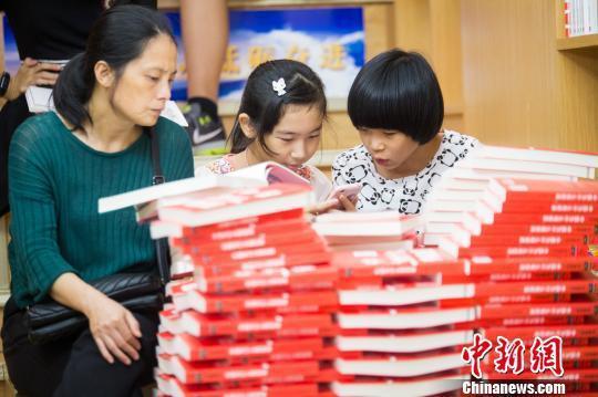 资料图: 国庆期间,书店内的人流量明显增大,基本上以学生为主。 李南轩 摄