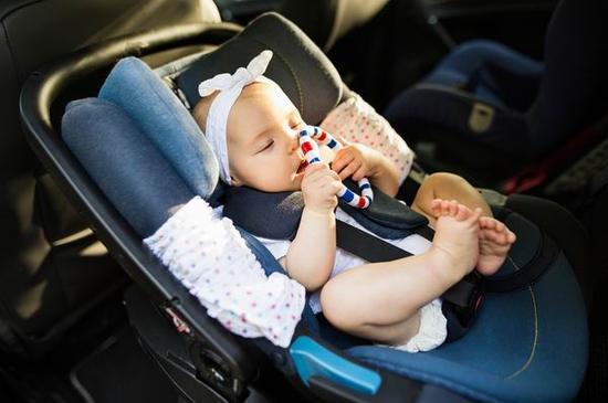 婴儿安全座椅应该设置为面朝后座。