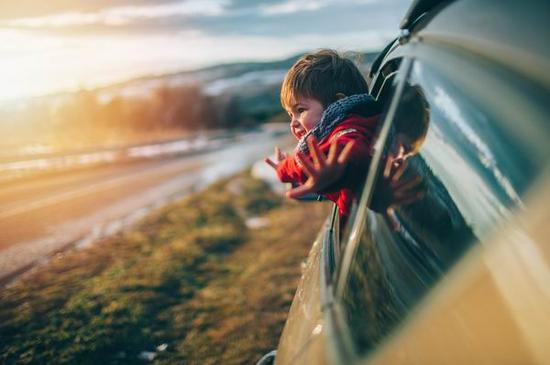 注意!孩子穿羽绒服乘坐安全座椅竟然可能有致命危险