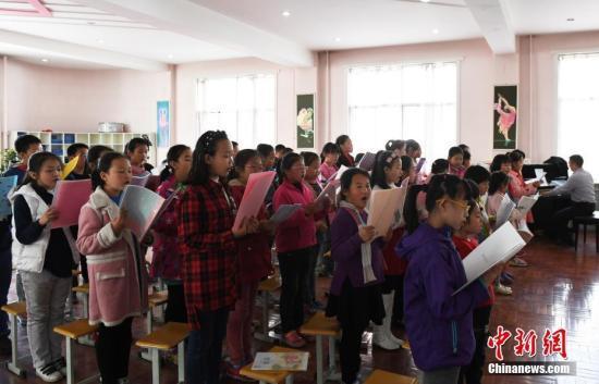 """资料图:兰州实验小学学生在学校合唱队进行免费的""""课后教育""""合唱类的培训。 中新社记者 杨艳敏 摄"""