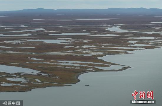 当地时间9月17日,美国阿拉斯加州加德纳里附近的冻土带。据报道,由于全球温度升高,在阿拉斯加近85%的地方发现多年冻土开始融化。 图片来源:视觉中国