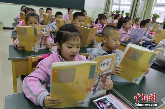 资料图:学生正在朗诵课文。中新社记者 刘新 摄