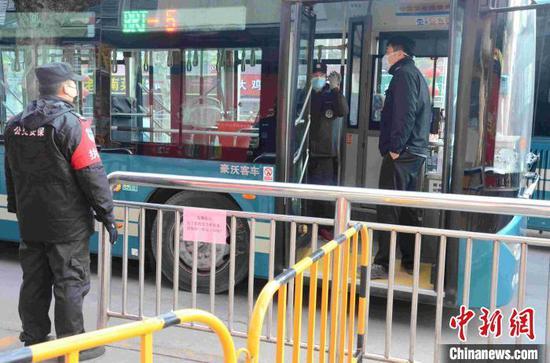 (资料图)在济南火车站附近的一处公交车站台,工作人员正在做发车前准备。 孙婷婷 摄
