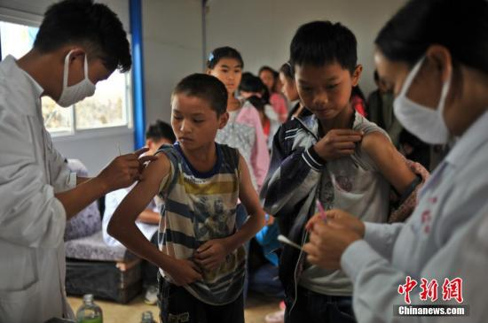 资料图:学生排队接种疫苗,预防疾病。 中新社发 任东 摄