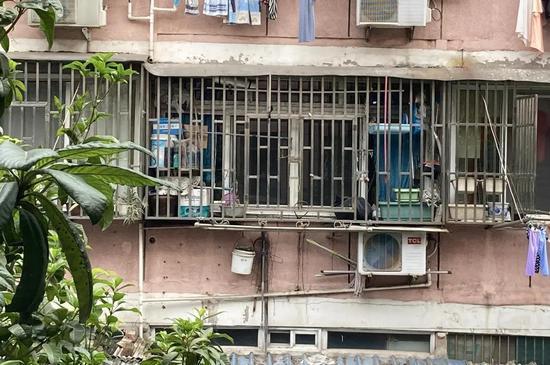 安装金属防盗窗或者防护栏