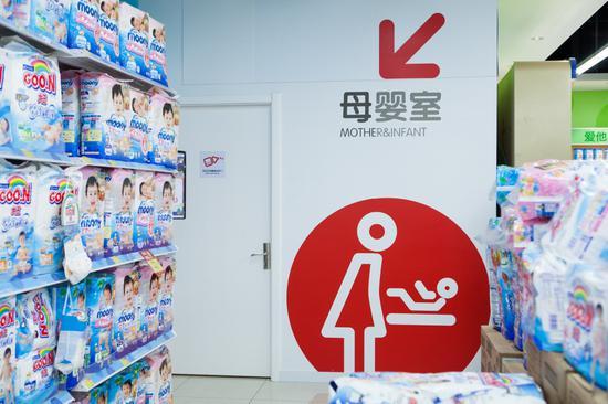 """苏宁红孩子门店""""爱的十平方""""母婴室"""