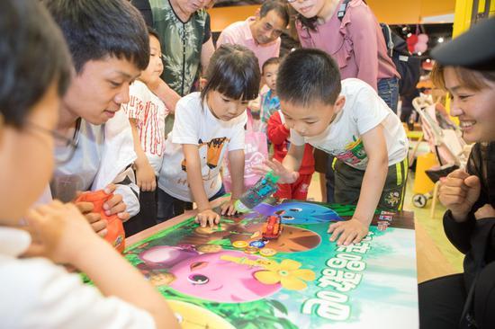 在苏宁红孩子智慧门店玩具体验区尽情玩耍的孩子