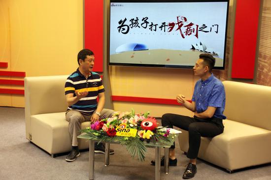 """尹晓东院长(左)谈如何""""为孩子打开戏剧之门"""""""