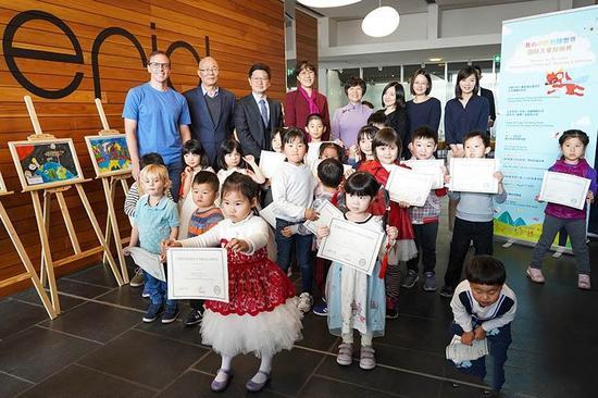 孩子们展示绘画作品获奖证书