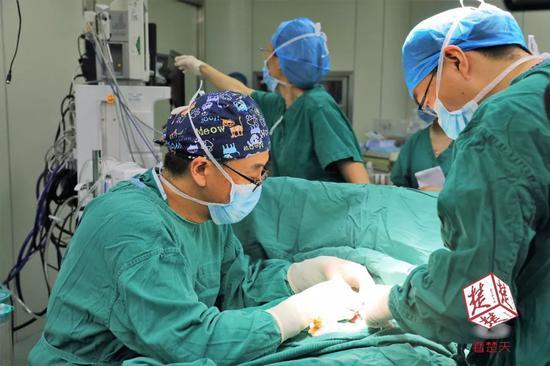 ▲小儿外科专家张文正在手术