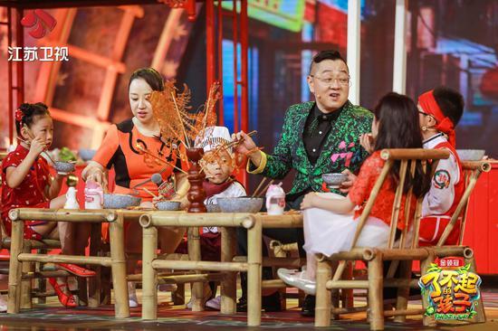 """节目中张绍刚和关凌抢吃""""收官宴"""""""