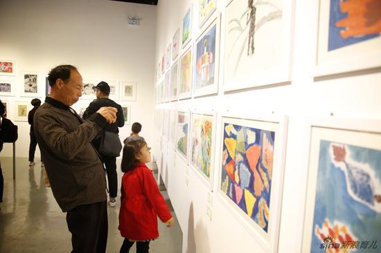"""第一届""""孩子的视界""""儿童公益画展的主题为""""安静的角落"""""""