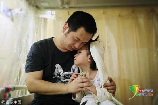 2018年11月17日,北京,父女俩紧紧地拥抱在一起,显得既幸福又伤感。魏建顺/视觉中国