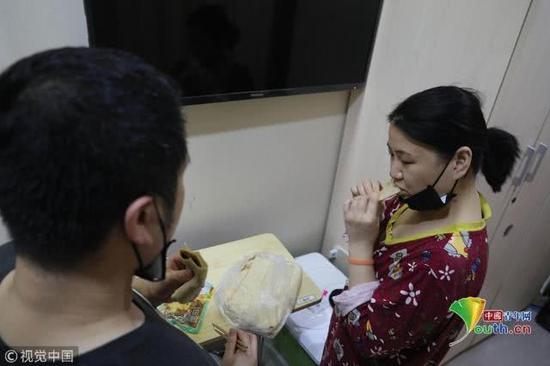 2018年11月17日,为了省钱,袁东方和妻子每顿饭只吃馒头咸菜,不敢乱花一分钱。魏建顺/视觉中国