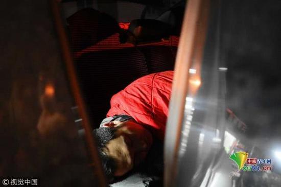 2018年11月17日,北京,由于医院只允许一名家长陪护,医院门口的日租房又很贵,袁东方不舍得花钱,只好借住在病友的车内。魏建顺/视觉中国