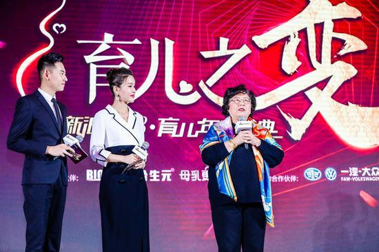 从左至右:主持人石毅、主持人杨雅淇、儿科专家张思莱