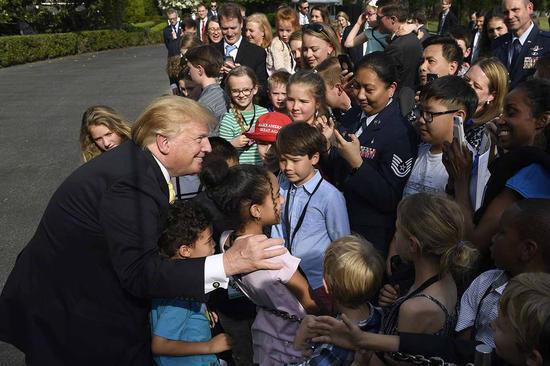 面对常驻白宫媒体记者的孩子们,特朗普毫不吝啬地分享了自己的人生建议。