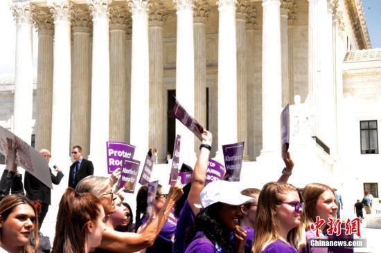 当地时间5月21日,数百名抗议者聚集在位于华盛顿的美国联邦最高法院门前,抗议近期美国多个州通过的禁止堕胎法令。中新社记者 沙晗汀 摄
