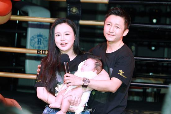 邹市明冉莹颖为小儿子庆祝百天 一家人五口幸福合照