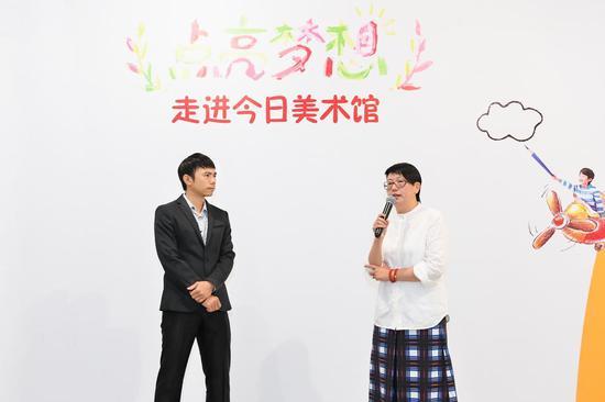 麦当劳(中国)市场副总裁汤俊章先生(左一)今日美术馆执行馆长李芊润女士(左二)
